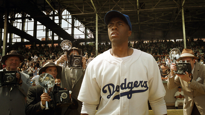 Boseman+%28middle%29+as+Jackie+Robinson+surrounded+by+press+in+another+shot+from+the+movie+42.
